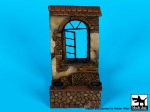 Casa con ventana en ruinas  (Vista 1)