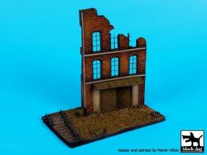 Fábrica en ruinas, con base de vias  (Vista 1)