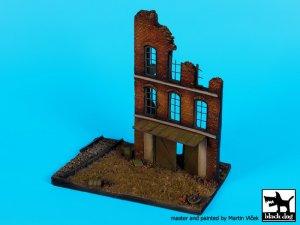 Fábrica en ruinas, con base de vias  (Vista 2)