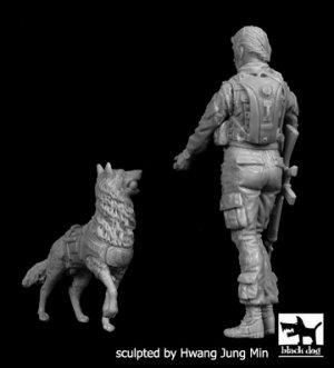 Mujer soldado de Estados Unidos con Perr  (Vista 2)