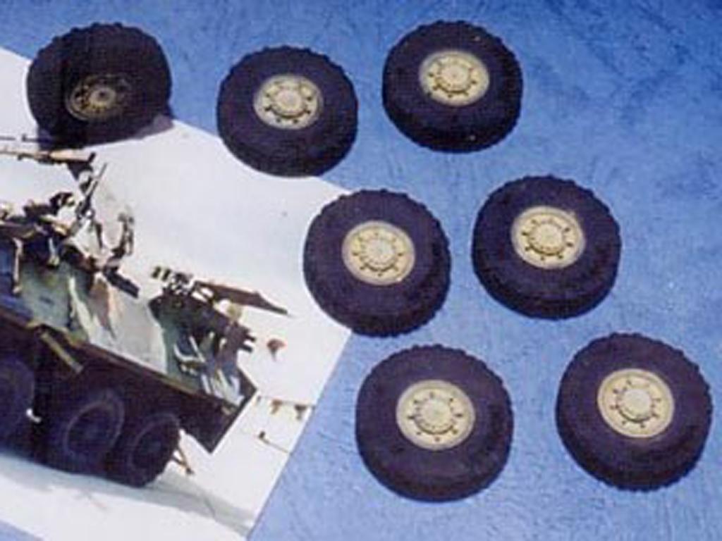 Ruedas LAV25 8x8 Tire (Early Type) (Vista 1)