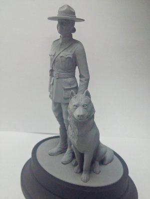 RCMP Female Officer with dog  (Vista 3)