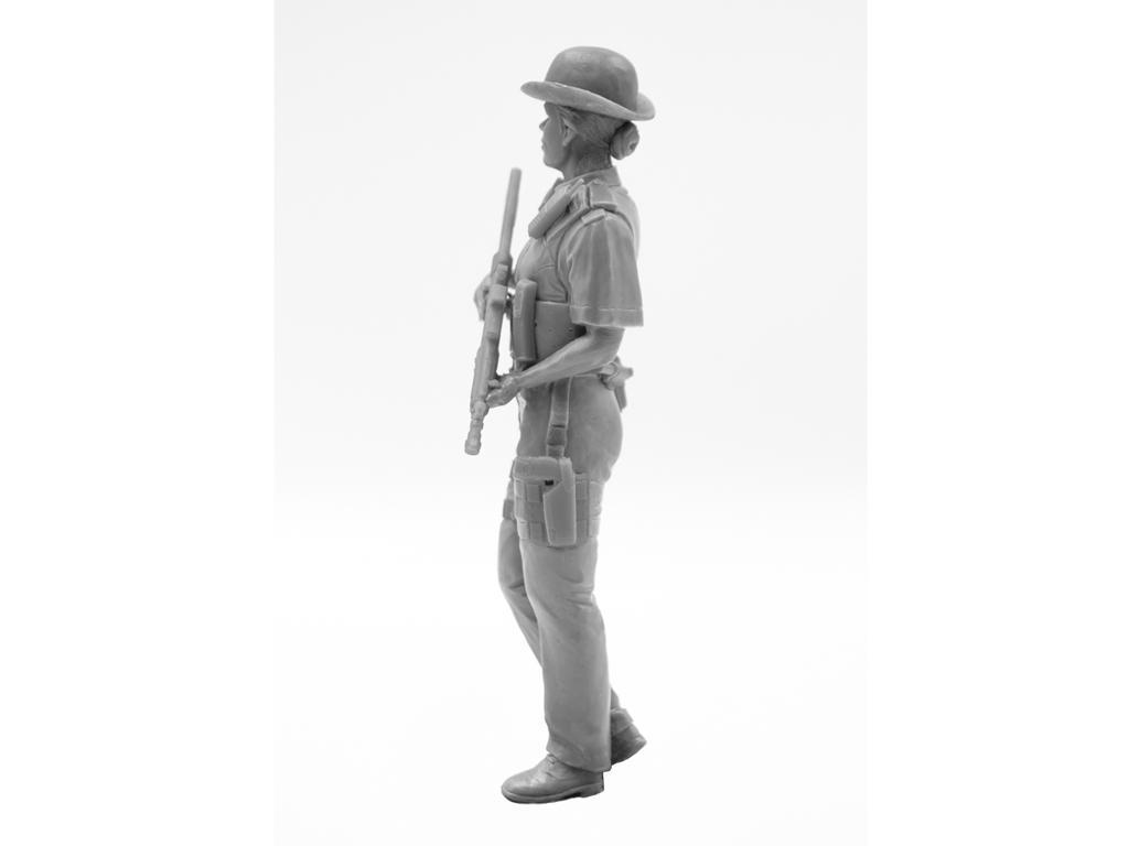 Oficial femenino de la policía británica (Vista 5)