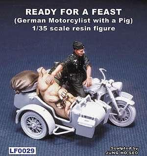 Aleman en moto transportando un cerdo  (Vista 1)