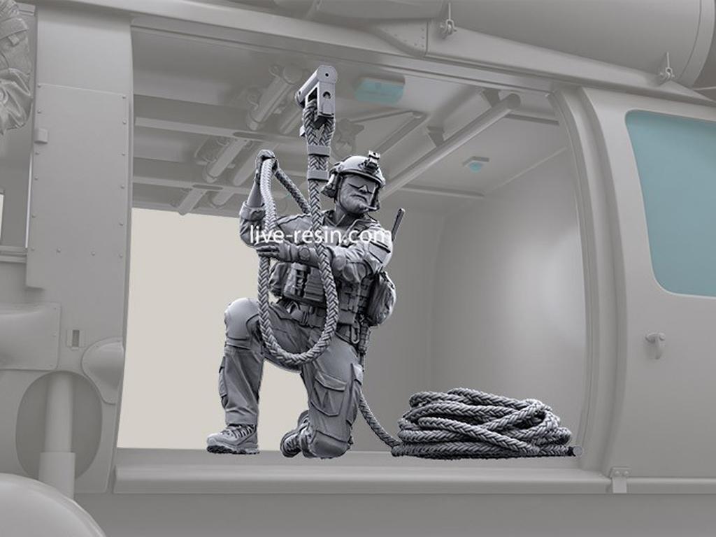 Personal SOF transportado en la puerta de carga (Vista 3)