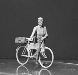 Frau Muller. Woman & Women's Bicycle  (Vista 2)