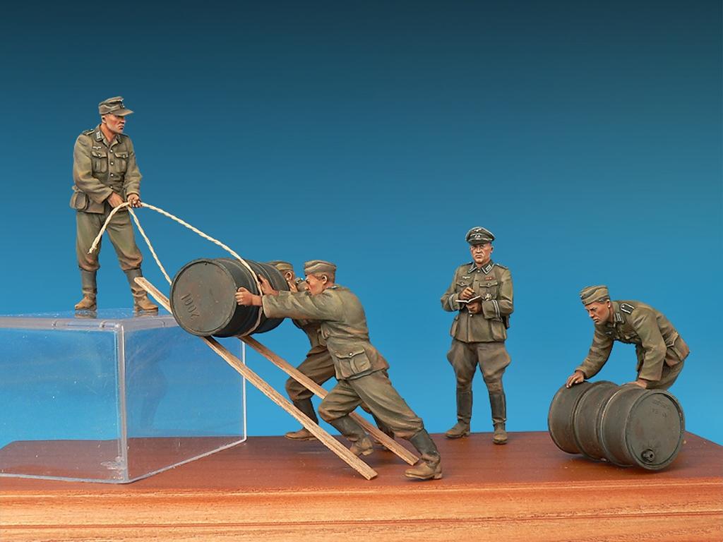 Soldados Alemanes con Bidones de Combust  (Vista 2)