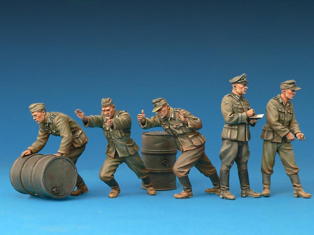 Soldados Alemanes con Bidones de Combust  (Vista 4)