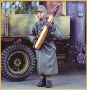 German Artillerymen carrying shells  (Vista 1)