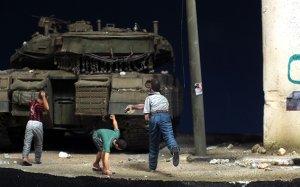 Niños que lanzan piedras  (Vista 1)