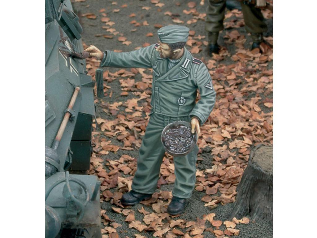 Aleman pintando el Camuflaje del Tanque (Vista 1)