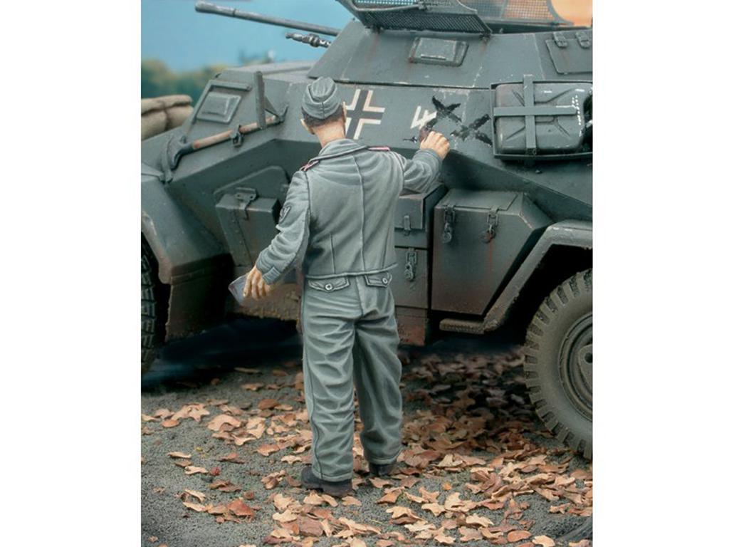 Aleman pintando el Camuflaje del Tanque (Vista 2)