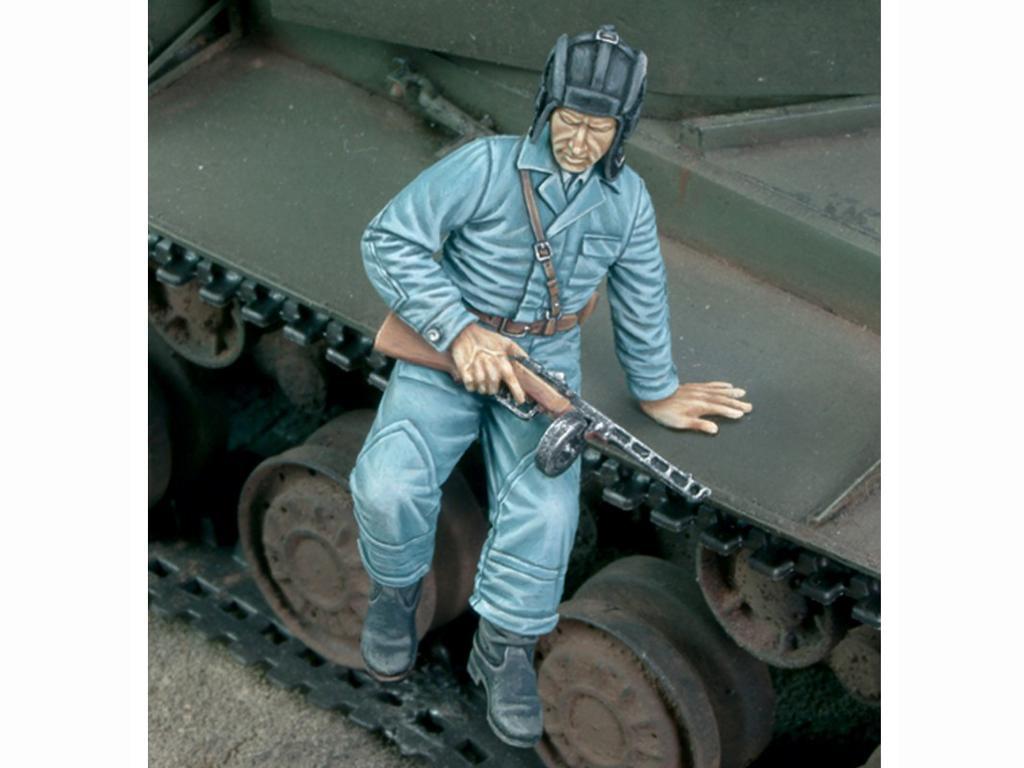 Tanquista Ruso Bajando del tanque (Vista 1)