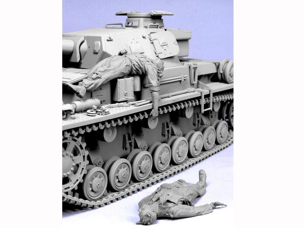 Tripulacion Alemana escapando del Tanque (Vista 2)